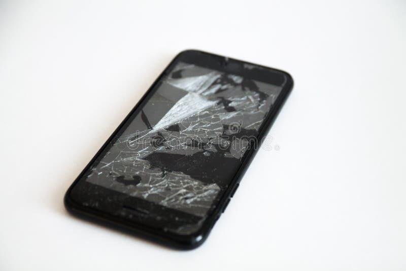 Сломленный черный умный телефон с отказами на экране стоковое изображение rf