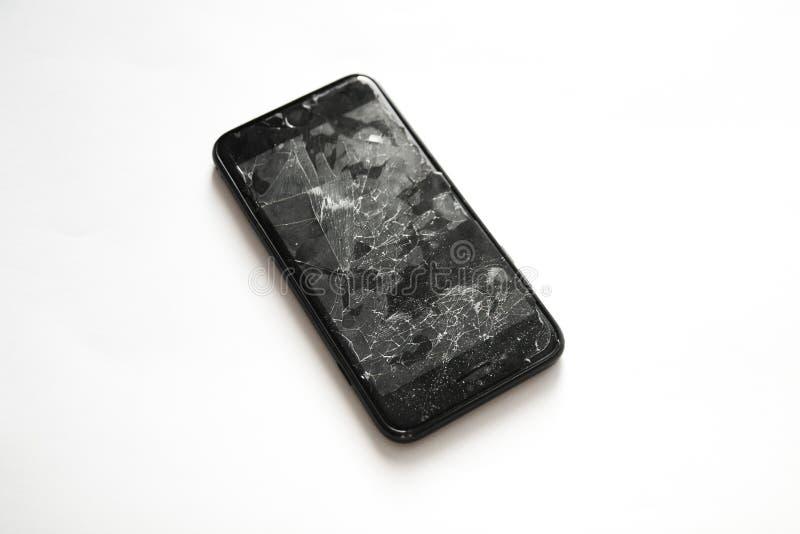 Сломленный черный умный телефон с отказами на экране стоковые фото