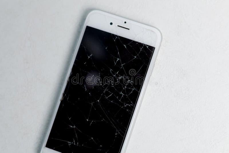 Сломленный экран мобильного телефона, разбросанные черепки Насмешка повреждения монитора Smartphone вверх Авария и царапина мобил стоковые изображения rf