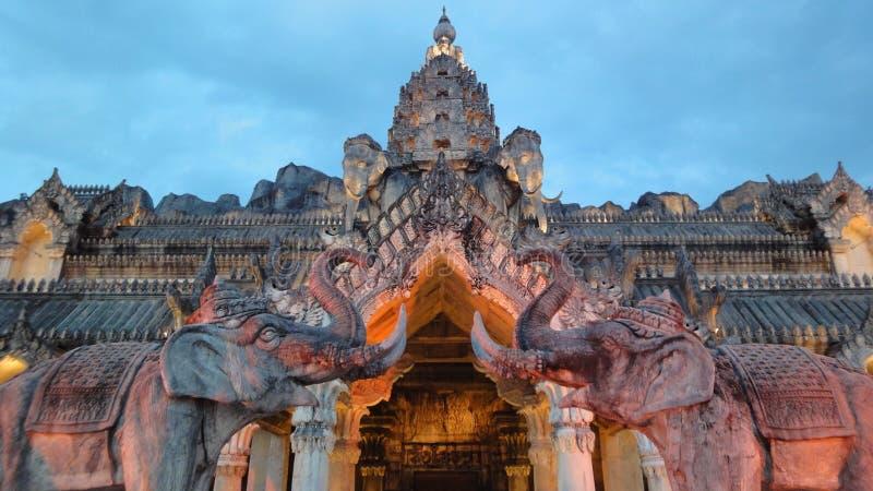 слоны сумрака освещая дворец стоковая фотография rf