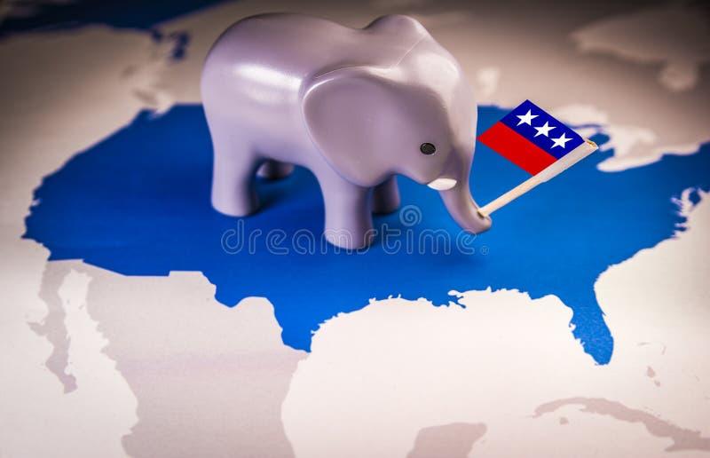 Слон игрушки держа флаг Республиканской партии стоковые фотографии rf
