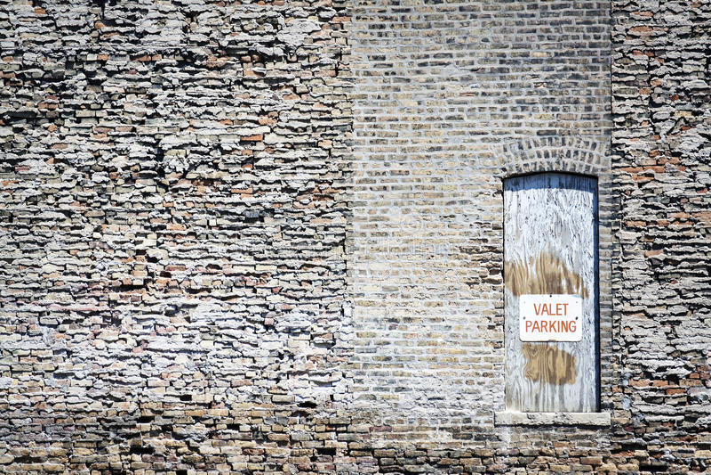 слуга знака стоянкы автомобилей двери старая деревянная стоковая фотография