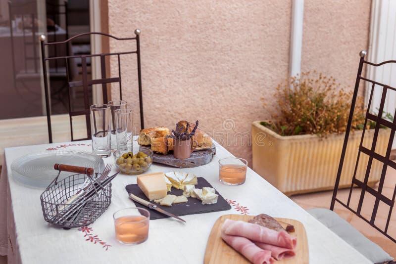 Служат обеденный стол домодельные блюда сварил овощи и закуски белая скатерть минимальное оформление стоковое фото rf