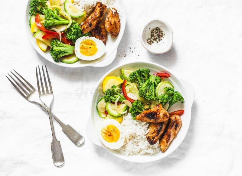 Служат обед, который - потушенный цыпленок овощей, риса, вареного яйца и teriyaki на светлой предпосылке стоковые изображения rf