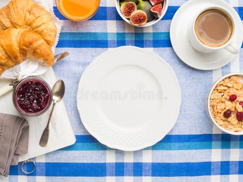 Служат рамка завтрака и белое блюдо стоковое фото rf