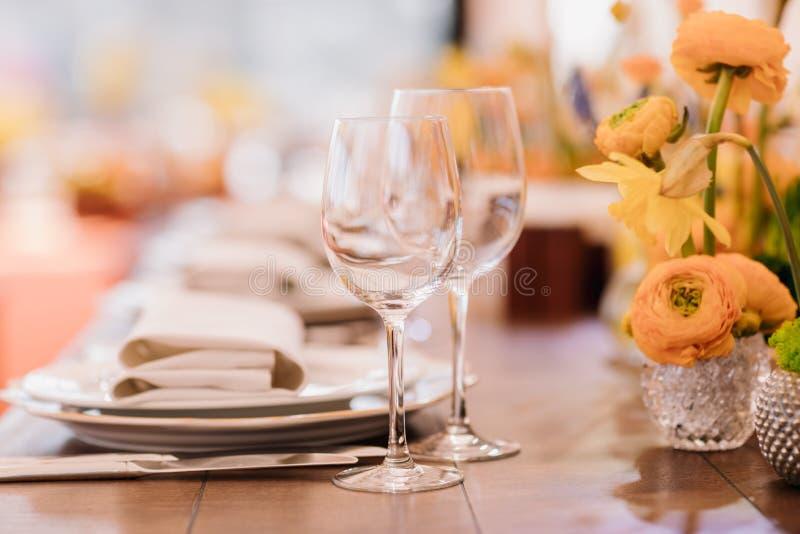 Служат сервировка стола обедающего в ресторане стоковые фотографии rf