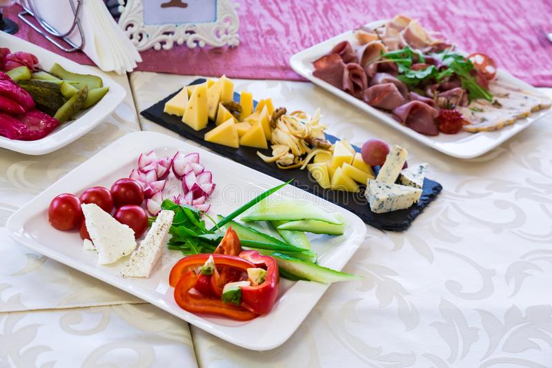 Служат таблица в ресторане на банкете Закуски и деликатесы на шведском столе стоковая фотография rf