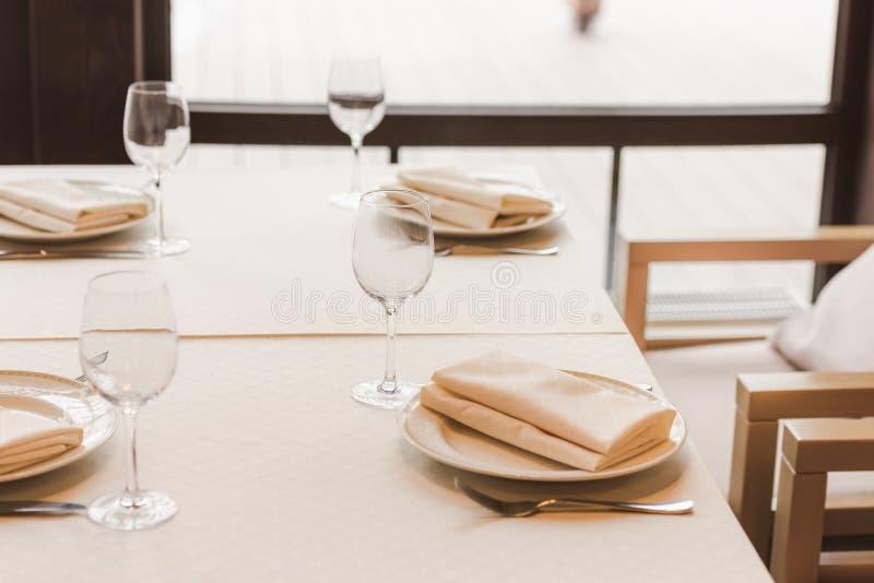 Служат таблица с рюмками и плитами с салфетками стоковое фото rf