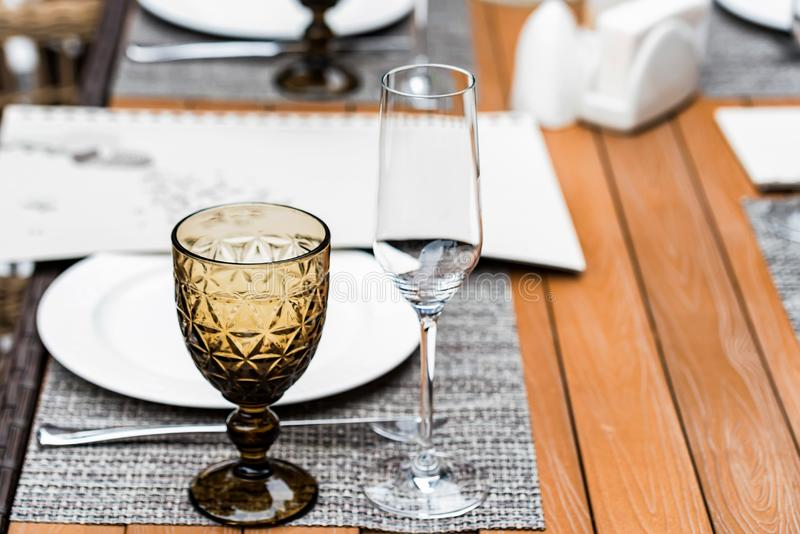 Служат таблицы на на открытом воздухе ресторане с красивым стеклом стоковое изображение rf