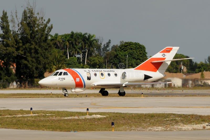 служба береговой охраны самолета патрулирует нас стоковое изображение rf