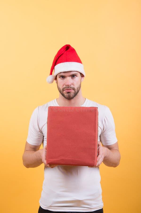 Служба доставки Занятие курьером Желающий список Мужчина красивый носить шапку шапки подарок коробка Хипстер хранит подарок на Ро стоковые изображения rf