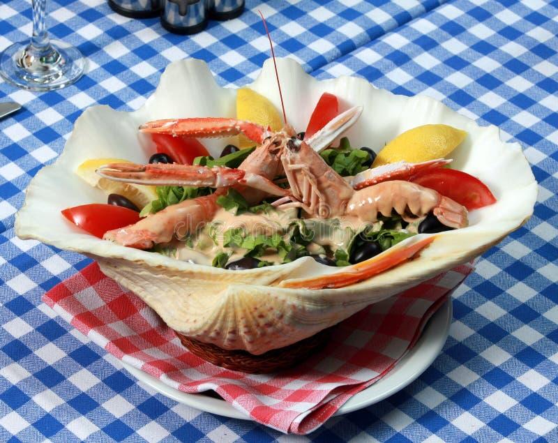 Служят еда на греческом ресторане стоковое изображение