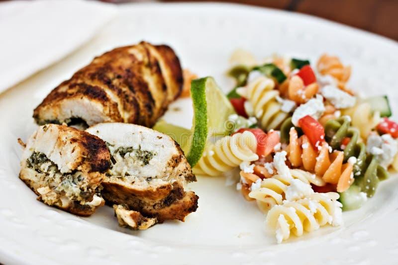 служят салат рулады fusilli цыпленка, котор стоковое фото