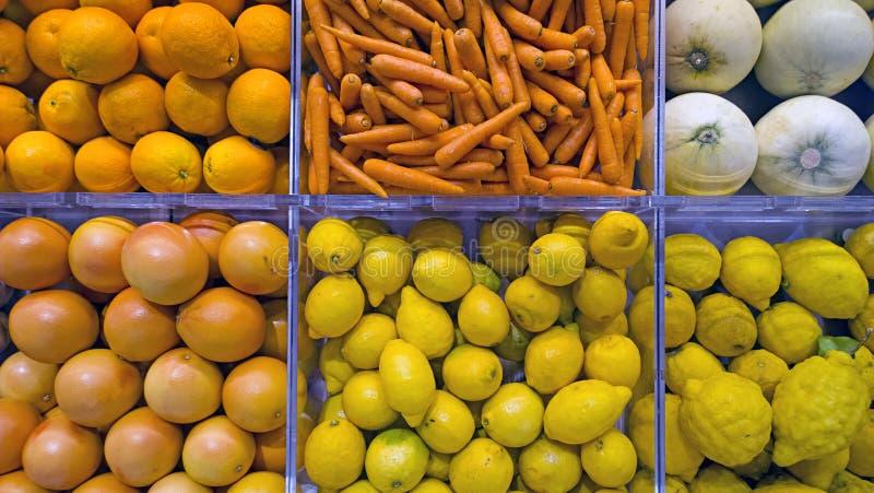 6 случаев плода с покрашенными богатыми с богатым вкусом разными видами фруктов и овощей стоковое фото rf