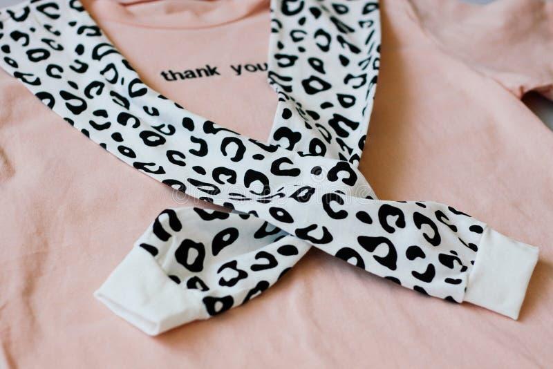 Случайные и ультрамодные одежды, цвета коралл футболка и фуфайка леопарда Тенденции 2019 стоковое фото rf