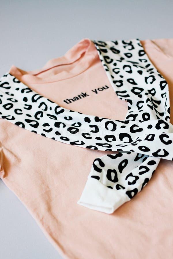Случайные и ультрамодные одежды, цвета коралл футболка и фуфайка леопарда r Тенденции 2019 год стоковая фотография