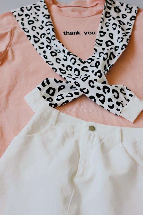 Случайные и ультрамодные одежды, цвета коралл футболка, фуфайка леопарда и белые джинсы одевают Тенденции 2019 год E стоковые изображения rf