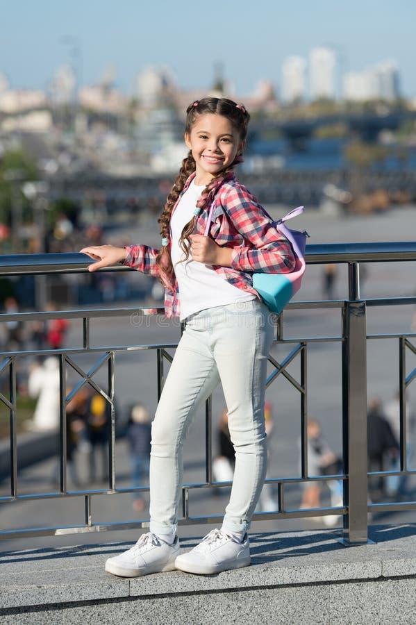 Случайные костюмы она самая лучшая счастливая небольшая девушка в случайном и удобном обмундировании на городской предпосылке Нем стоковые фотографии rf