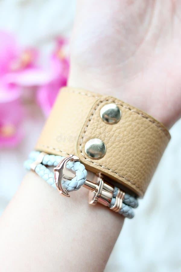 Случайные модные кожаные браслеты на запястье женщин стоковые фотографии rf