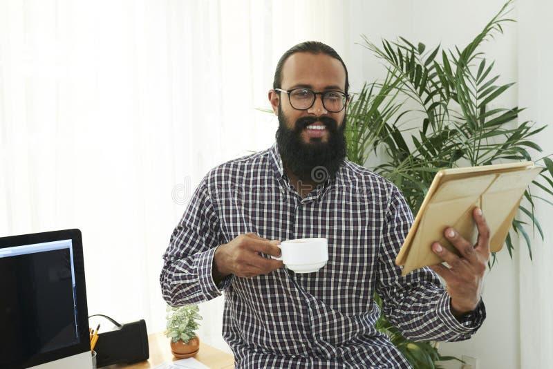 Случайный бизнесмен с ПК планшета на офисе стоковые изображения rf