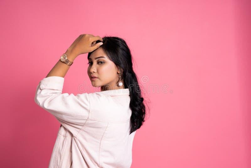 Случайный современный молодой женский представлять азиата стоковые изображения rf