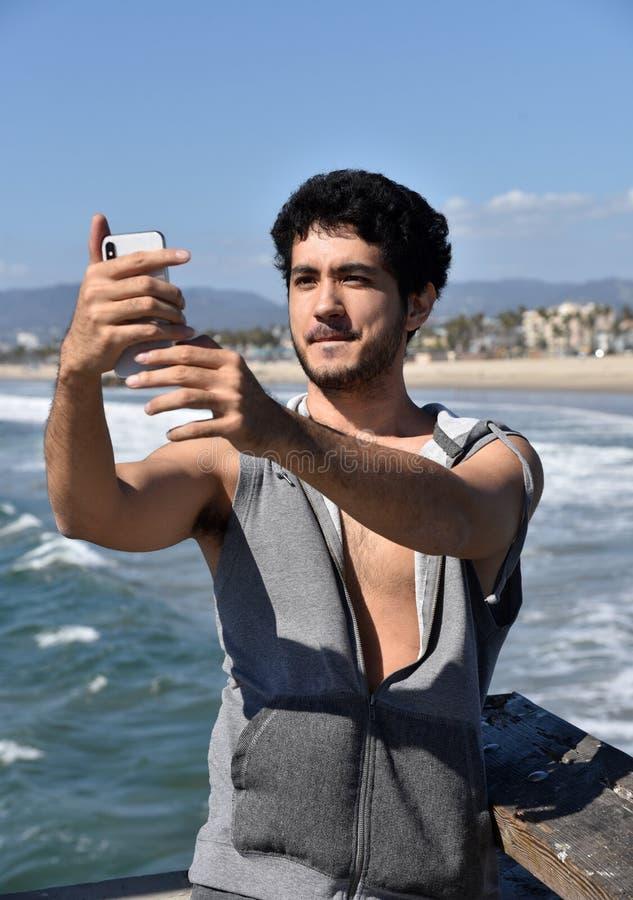 Случайный турист принимая selfie на пристани стоковое изображение