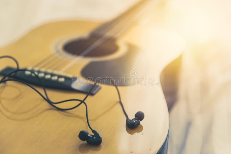 Слушающ и сыграйте музыку с гитарой, ослабьте счастливое время с концепцией песни стоковое фото rf