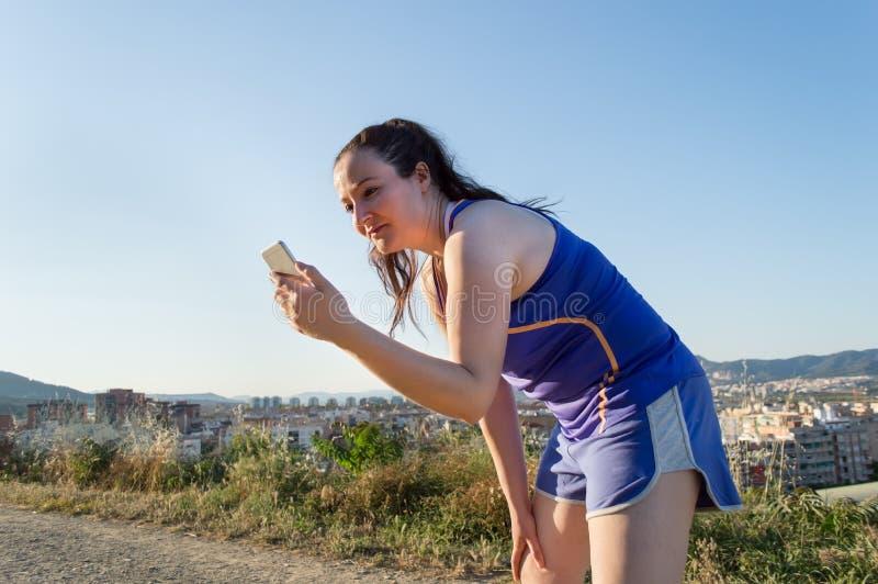 Слушая музыка в проломе jogging стоковые изображения