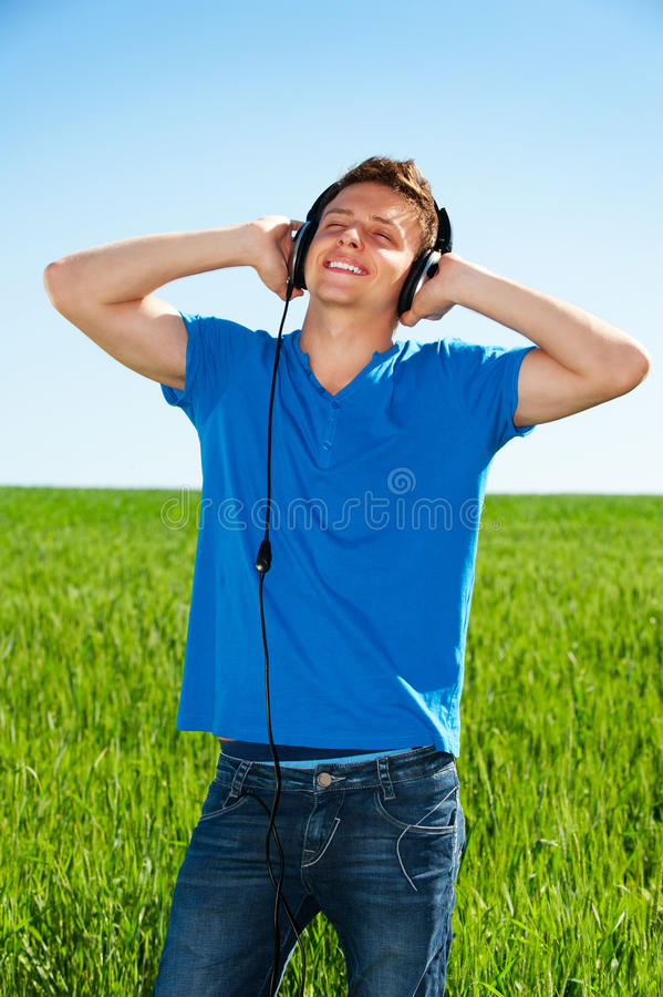 слушая удовольствие нот человека стоковое изображение rf