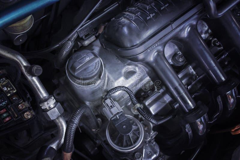 Смажьте крышку автомобиля двигателя для ремонта и обслуживаний двигателя стоковое фото rf