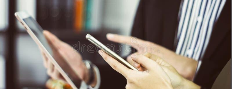 Смартфоны и планшеты пользы бизнесмена и коммерсантки которые в наличии с концепцией удобства в ходить по магазинам онлайн стоковые изображения rf