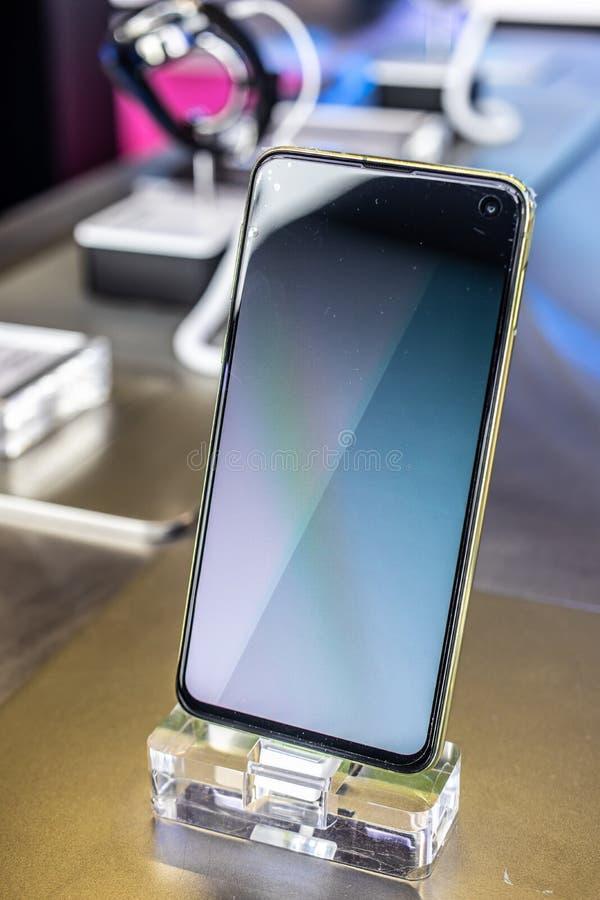 Смартфон галактики S10e Samsung, особенности представления Samsung S10e с андроидом на выставочном зале павильона выставки Samsun стоковые изображения rf