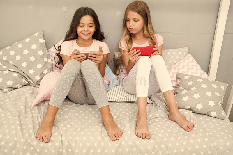 Смартфон для развлечений Дети играют применение игры смартфона мобильное Концепция применения смартфона girlish стоковые изображения rf