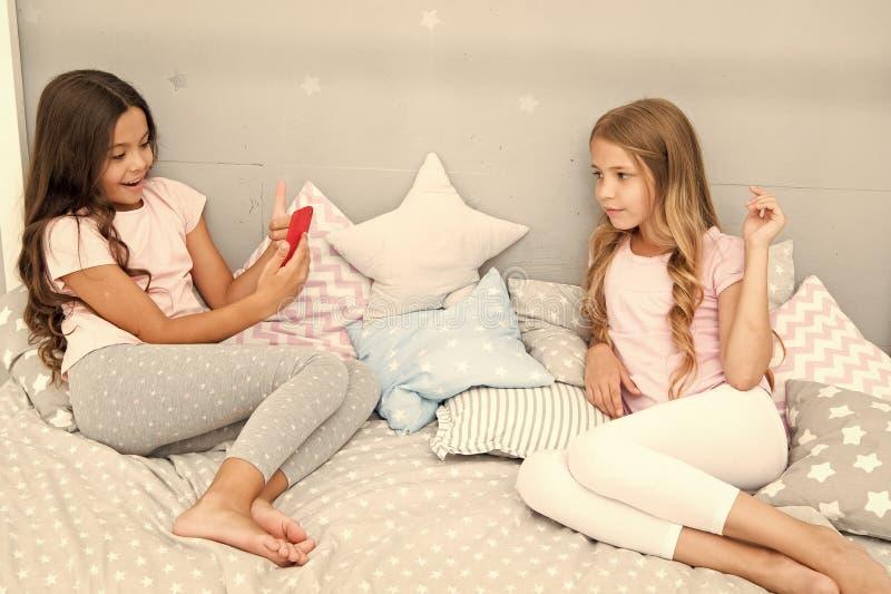 Смартфон для развлечений Дети принимая видео стрельбы фото Концепция фото смартфона Girlish партия пижамы отдыха стоковая фотография