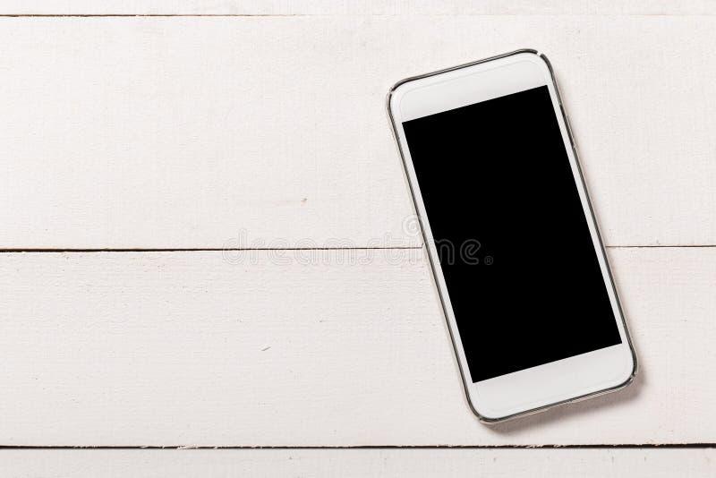 Смартфон на деревянной предпосылке текстуры Взгляд сверху стоковое изображение rf