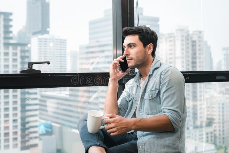 Смартфон технологии и концепция связи, портрет человека дела красивого вызывают на мобильном телефоне на рабочем месте офиса стоковая фотография rf