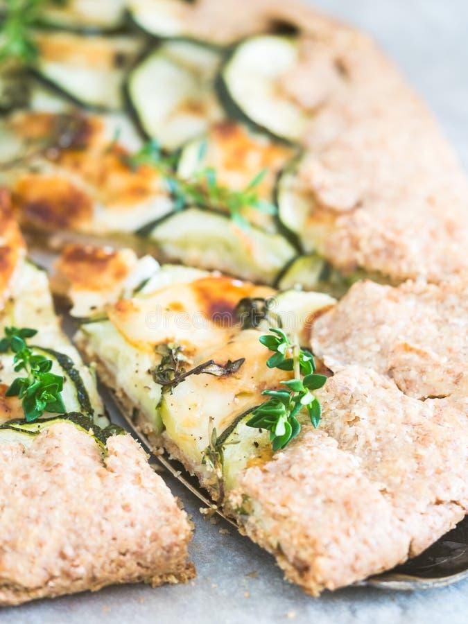 Смачное galette цукини и сыра на сказанном по буквам dought, который служат с стоковое изображение