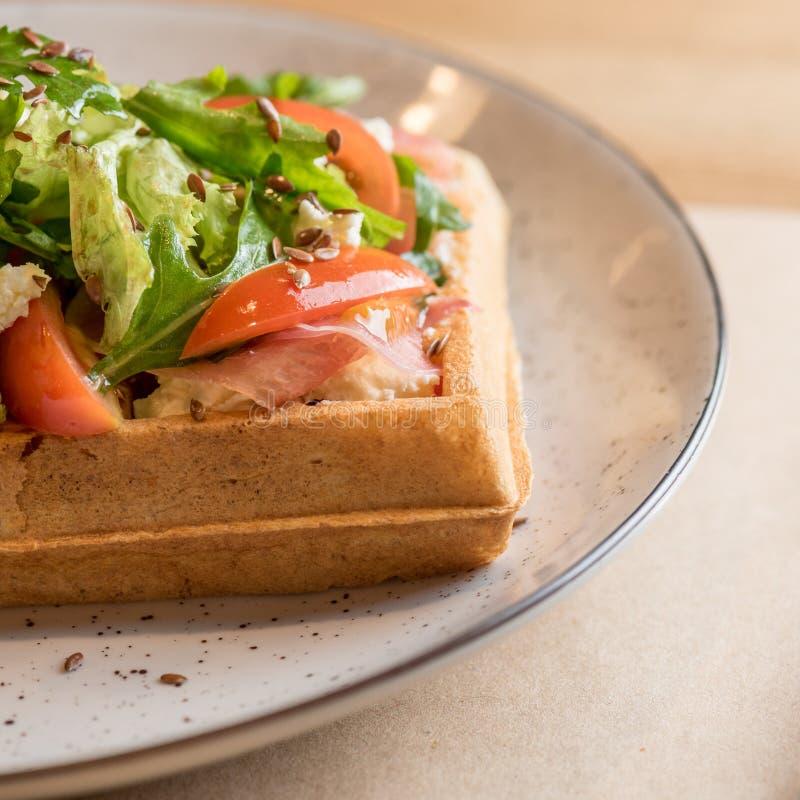 Смачные бельгийские waffles с семгами, салатом и томатом Совершенный завтрак на длинный день Меню ресторана или концепция рецепта стоковое фото