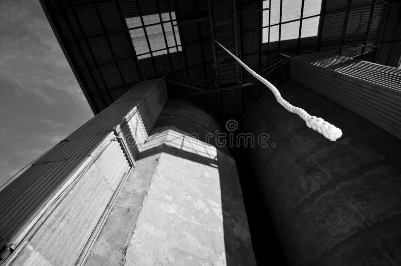 Смертная казнь через повешение веревочки в аграрном здании стоковое фото