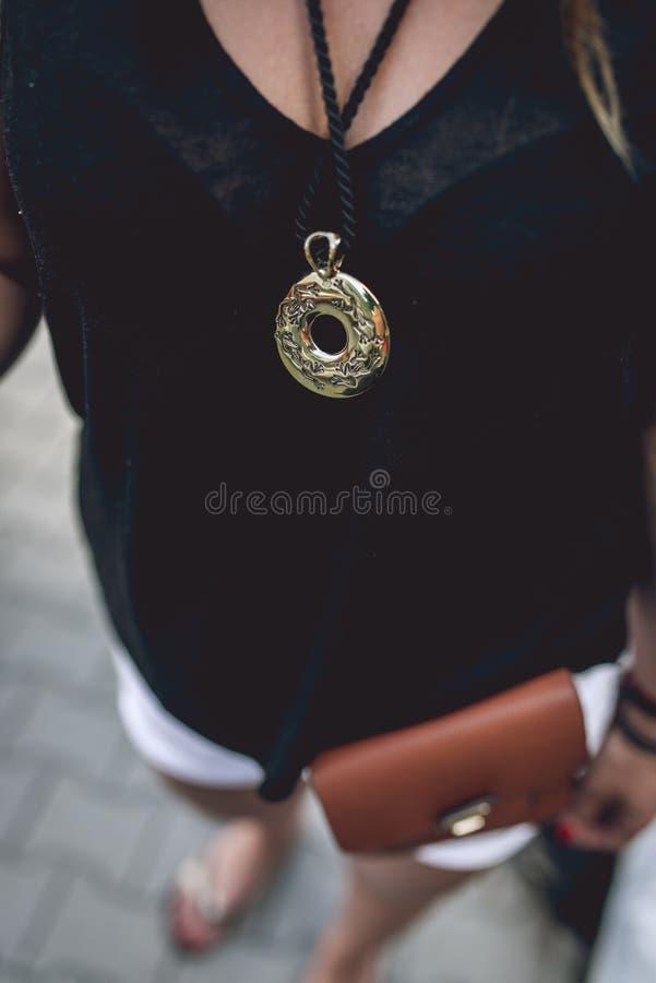 Смертная казнь через повешение медальона золота на шеи ` s женщины стоковые фото