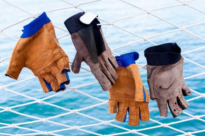 Смертная казнь через повешение перчатки плавания на сетях стоковая фотография