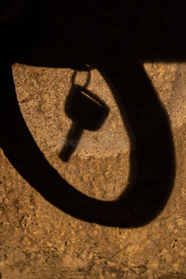 Смертная казнь через повешение тени ключа автомобиля в круге стоковое изображение