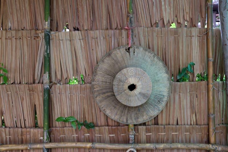 Смертная казнь через повешение шляпы лист ладони на стене соломы, шляпе weave для тайского стоковые фотографии rf