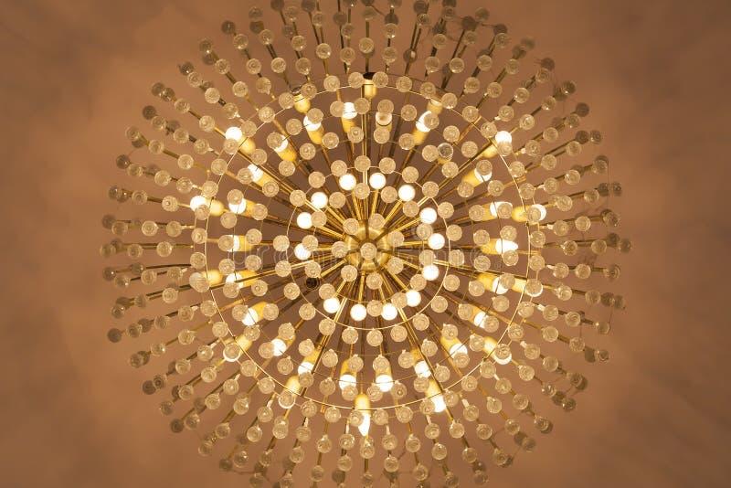Смертная казнь через повешение люстры лампы от потолка в теплом тоне - (Близкий стоковые фото