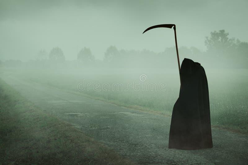 Смерть при коса ждать на туманной дороге стоковые фотографии rf