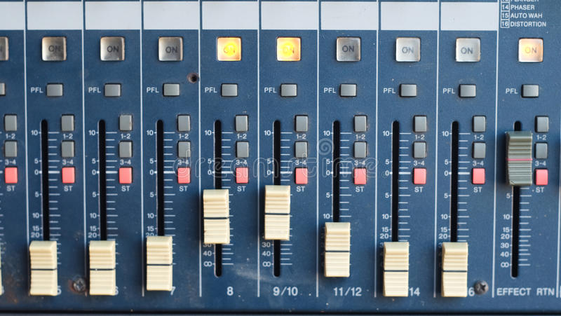 Смеситель для звукооператора с много застегивает для того чтобы отрегулировать стоковое фото rf