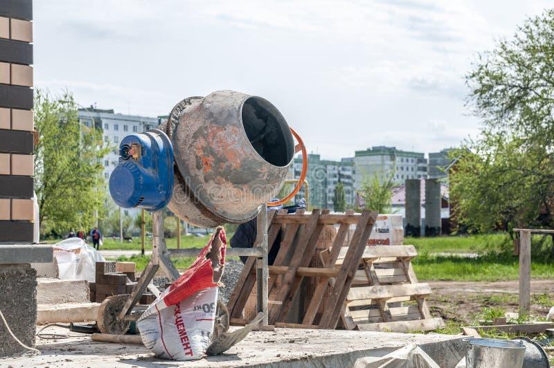 Смеситель цемента на строительной площадке частного дома стоковая фотография