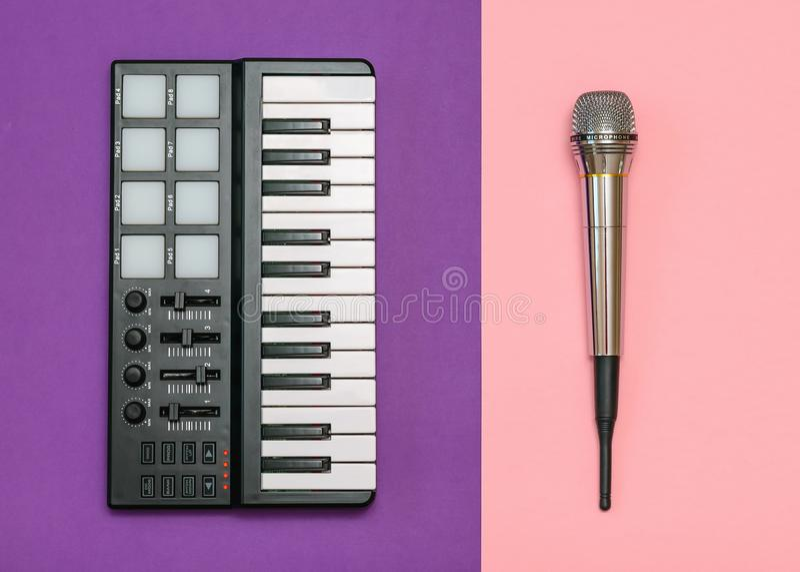 Смеситель электронной музыки и микрофон радио на предпосылке 2-тона Оборудование для студии музыки взгляд сверху стоковая фотография rf