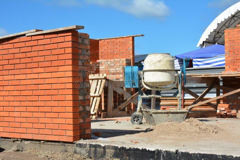 Смеситель цемента конкретный на строительной площадке дома Конкретный смеситель, конкретный blender стоковое фото rf