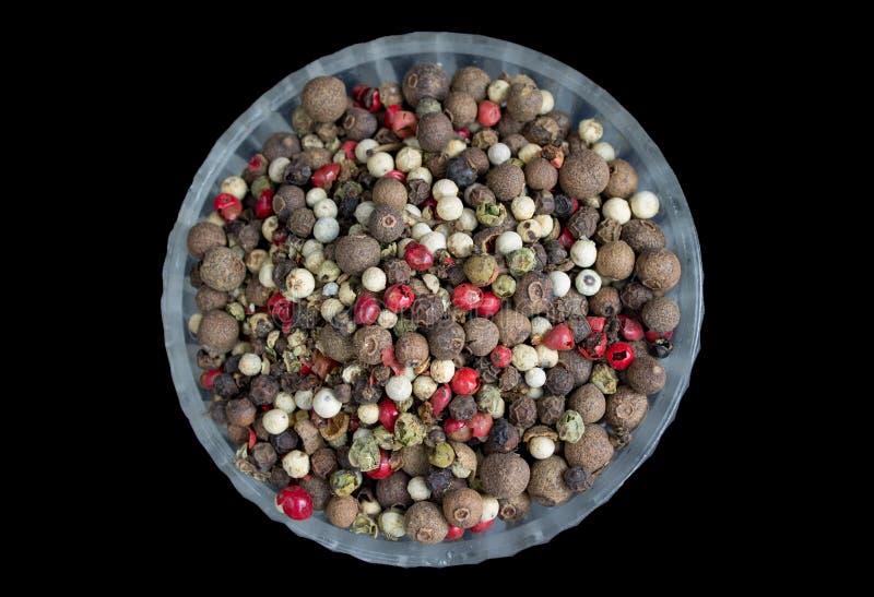Смесь сухих горохов черных, красных, белых цветов перца в кристаллической плите стоковые фотографии rf